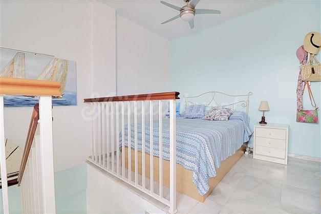 Ifrån övre sovrummet har man utgång till ytterligare en terrass med havsutsikt