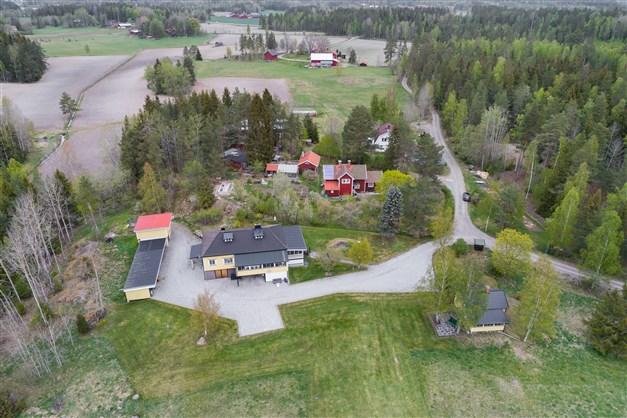 Fin hästgård med sjötomt vid Högstabosjön! Här har man hus och fritidshus i ett. På gården finns bostadshus, ett mindre hus, fint stall med 2 boxar, vagnslider och egen strand.