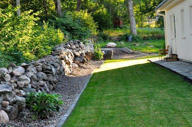 Mycket fin, påkostad och kärleksfullt omhändertagen trädgårdstomt. Här några av säljarens sommarbilder...