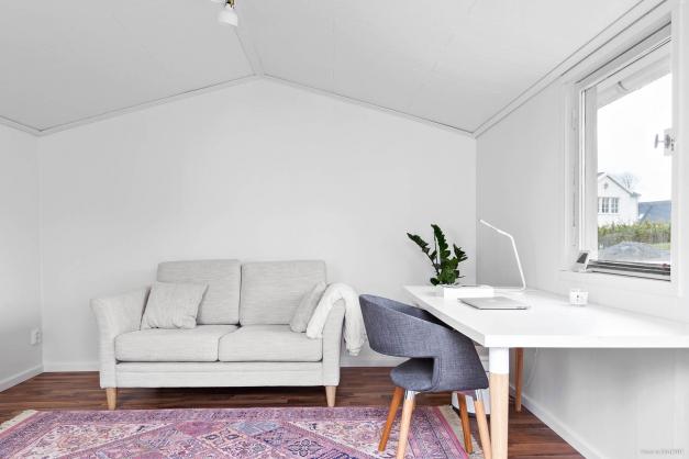 Interiör friggebod. Fint och bekvämt för gäster eller som tonårslya. Femton kvadratmeter och isolerad.