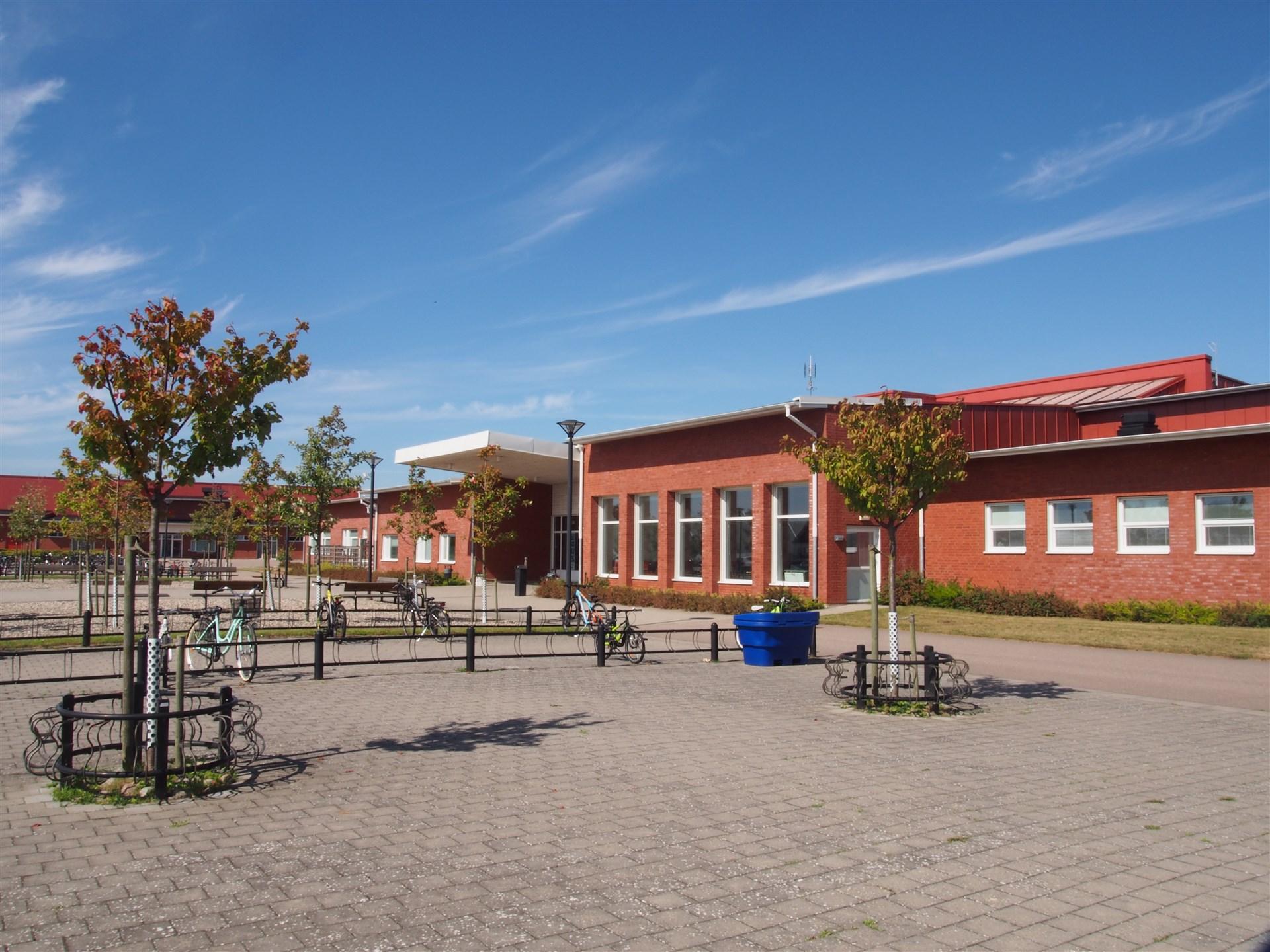 Serresjöskolan som ligger i närheten med klasser från F till 6.