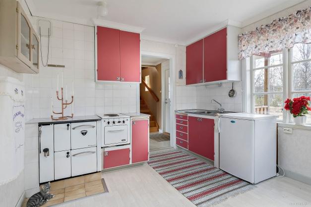Charmigt kök med fungerande vedspis och liten elspis