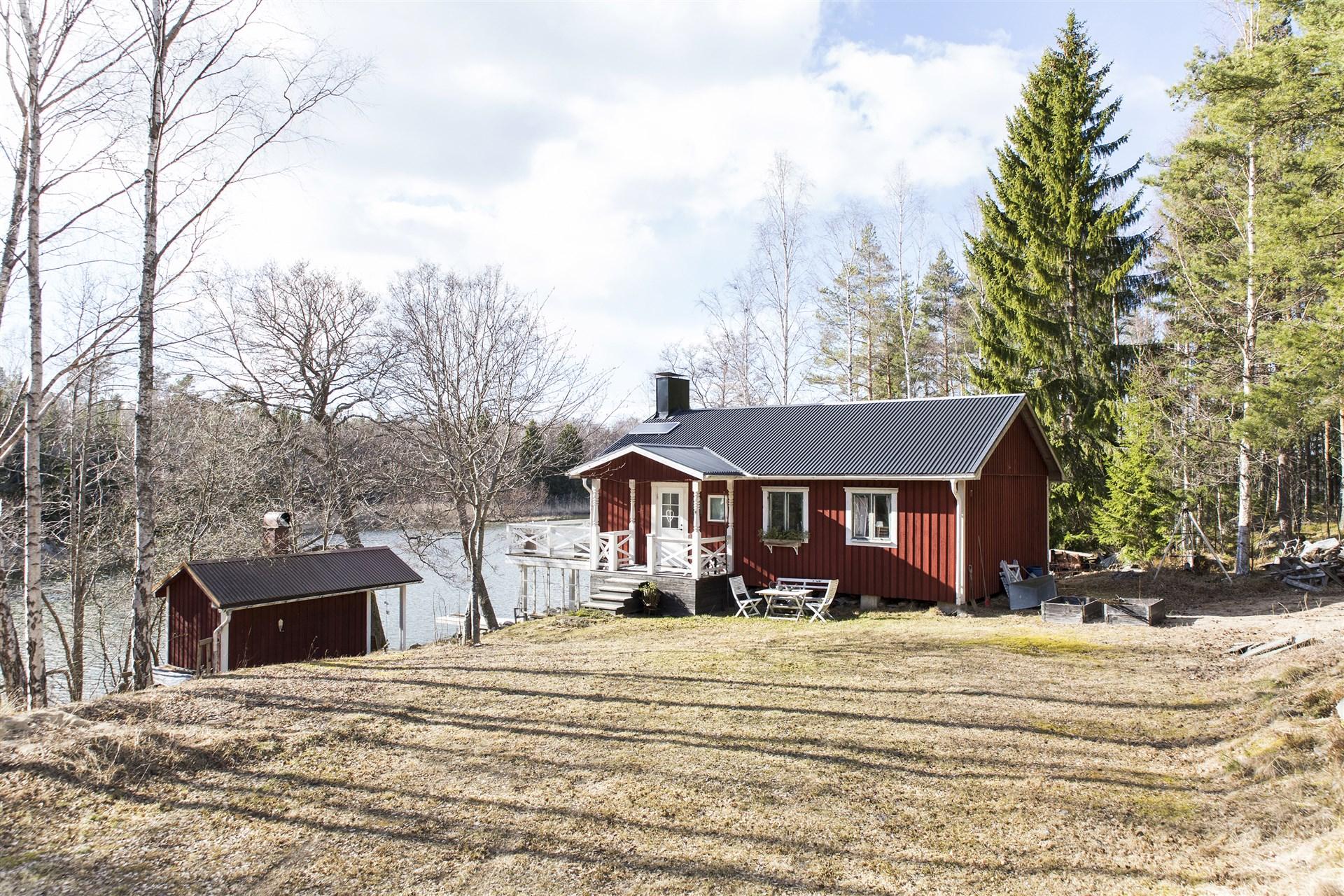 Välkommen till Fäbodviken 1! Här har man sin egna lilla oas alldeles invid strandkanten.