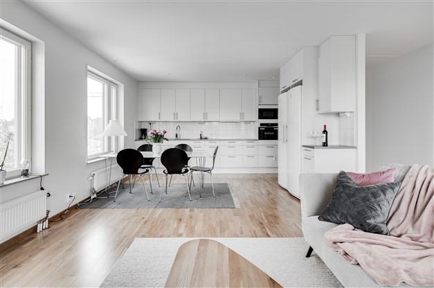 Öppen planlösning mellan kök och vardagsrum gör det möjligt för er att umgås med familjen under tiden ni lagar mat.