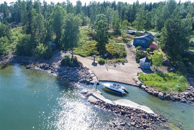 Översiktsbild med båtplatsen i förgrunden