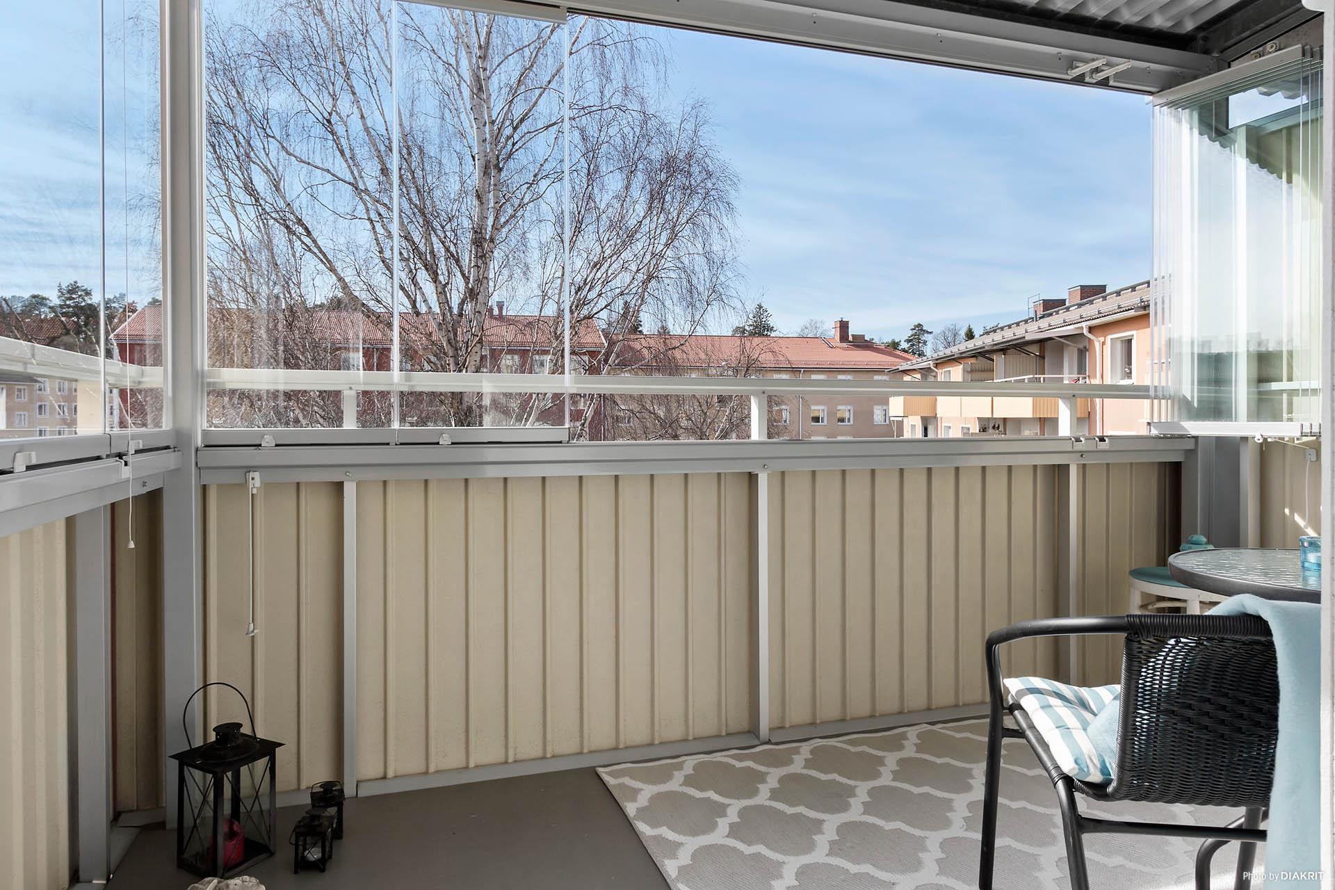 Inglasad balkong i syd/väst. Vikbara glaspartier som kan skjutas åt sidan