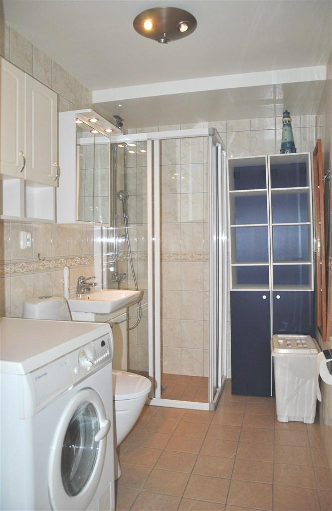Fräscht badrum med klinkergolv och helkaklade väggar (totalrenoverat 2011)