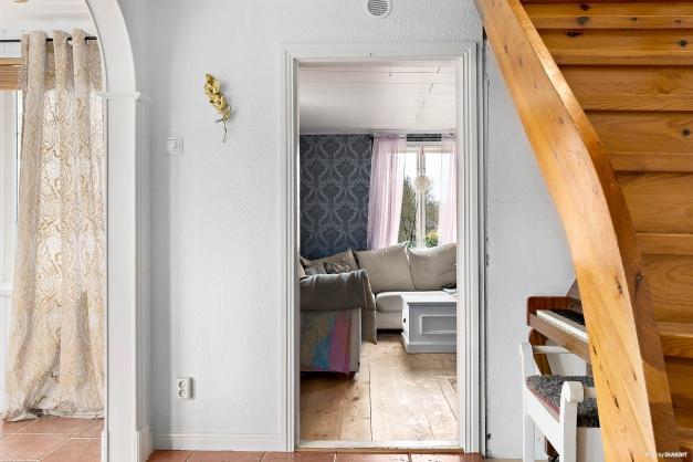 Hall mot vardagsrum och trapp upp till ovanvåning