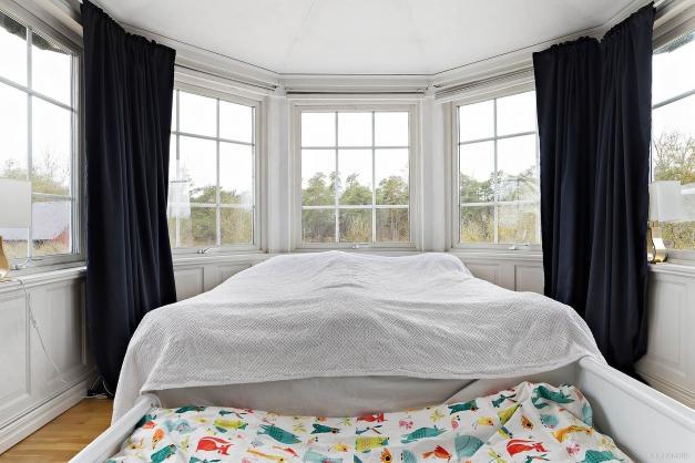 Ljust sovrum i burspråk på ovanvåningen