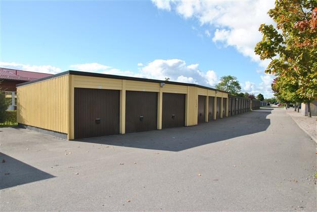 Garage i länga. Separat kö (arkivbild)