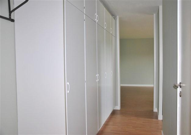 Hall mot rum/vardagsrum med gott om garderober!