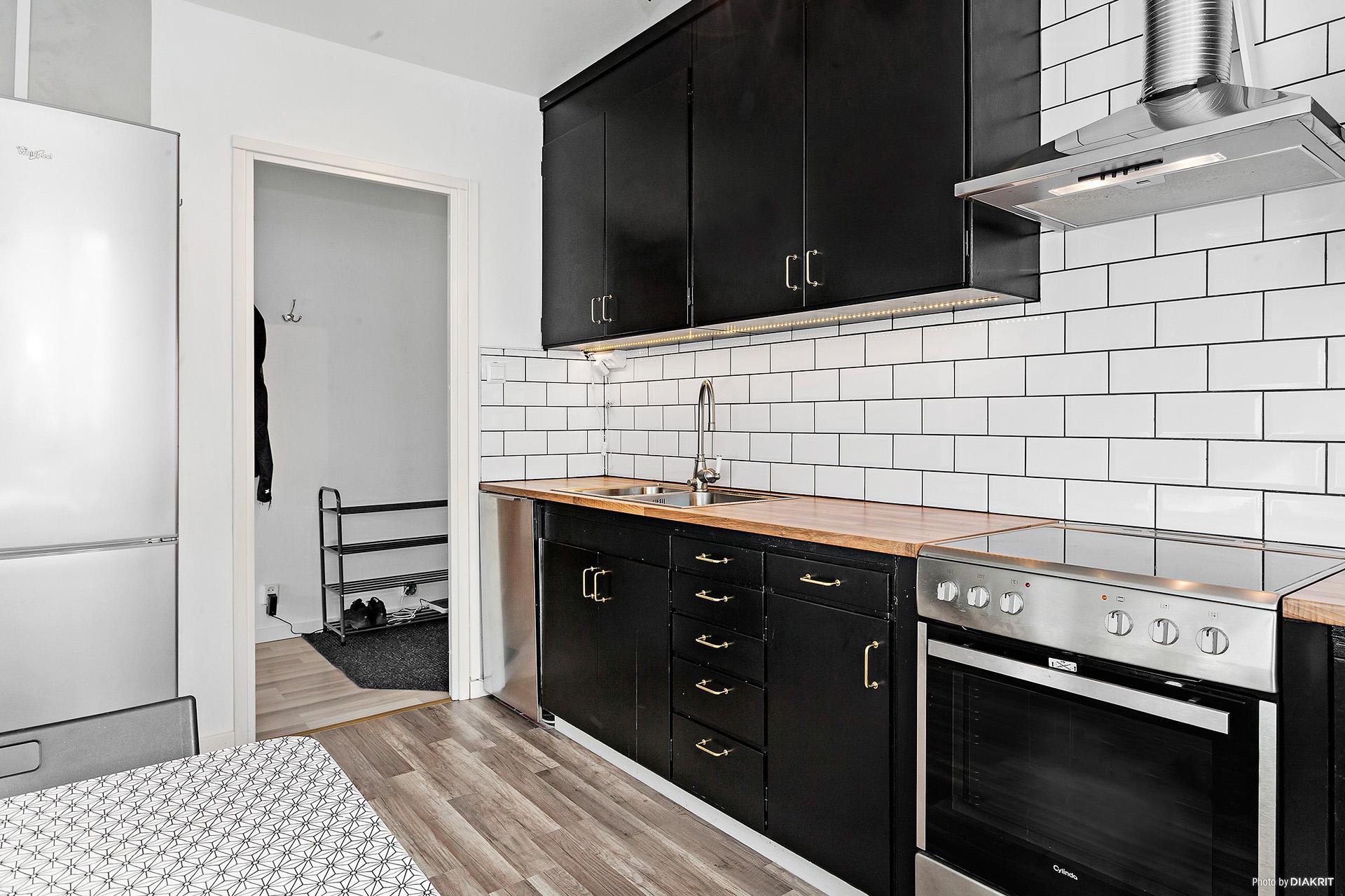 Köket är uppfräschat med målade skåpluckor och nytt kakel