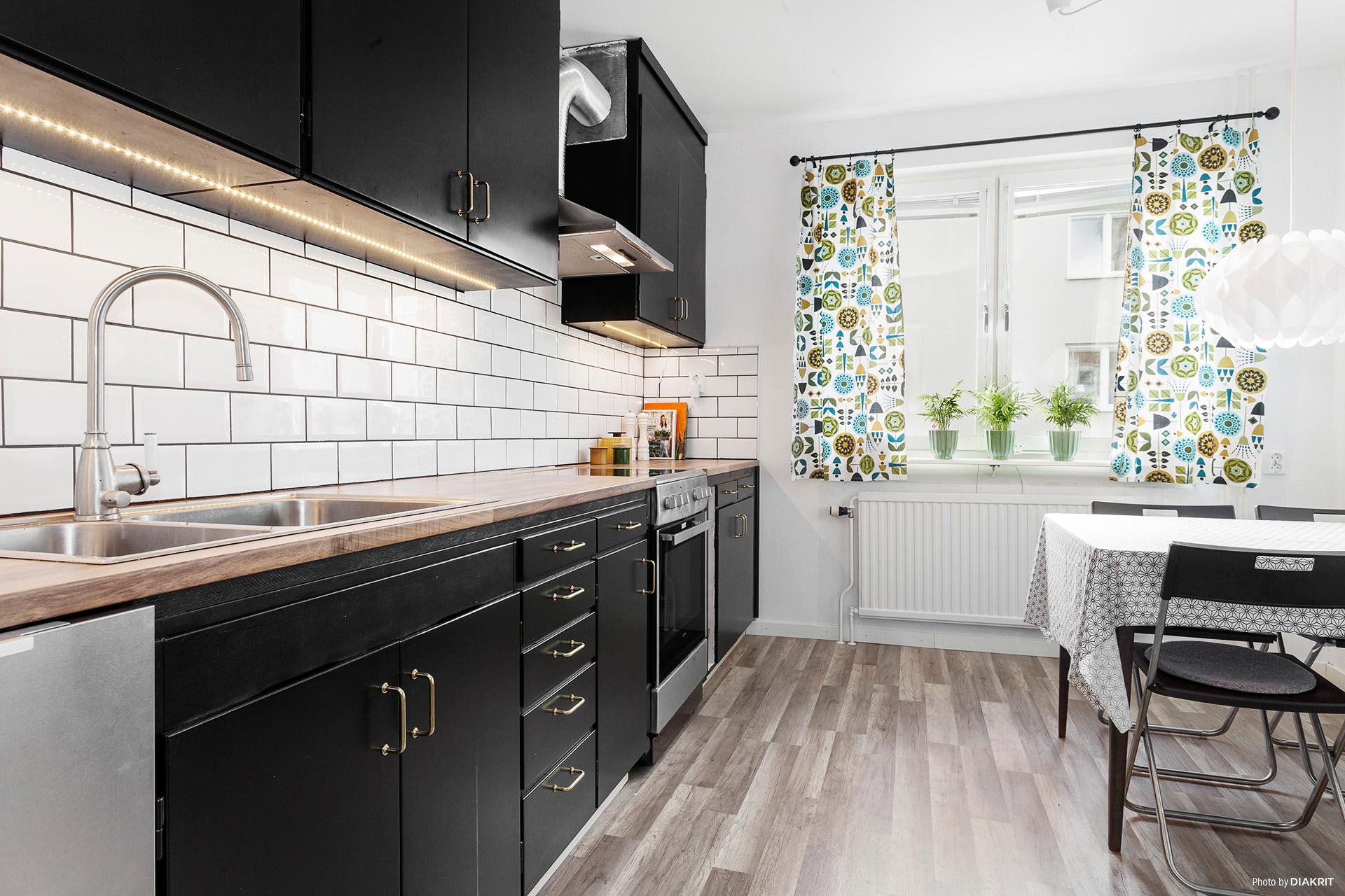 Trivsamt kök med plats för matbord