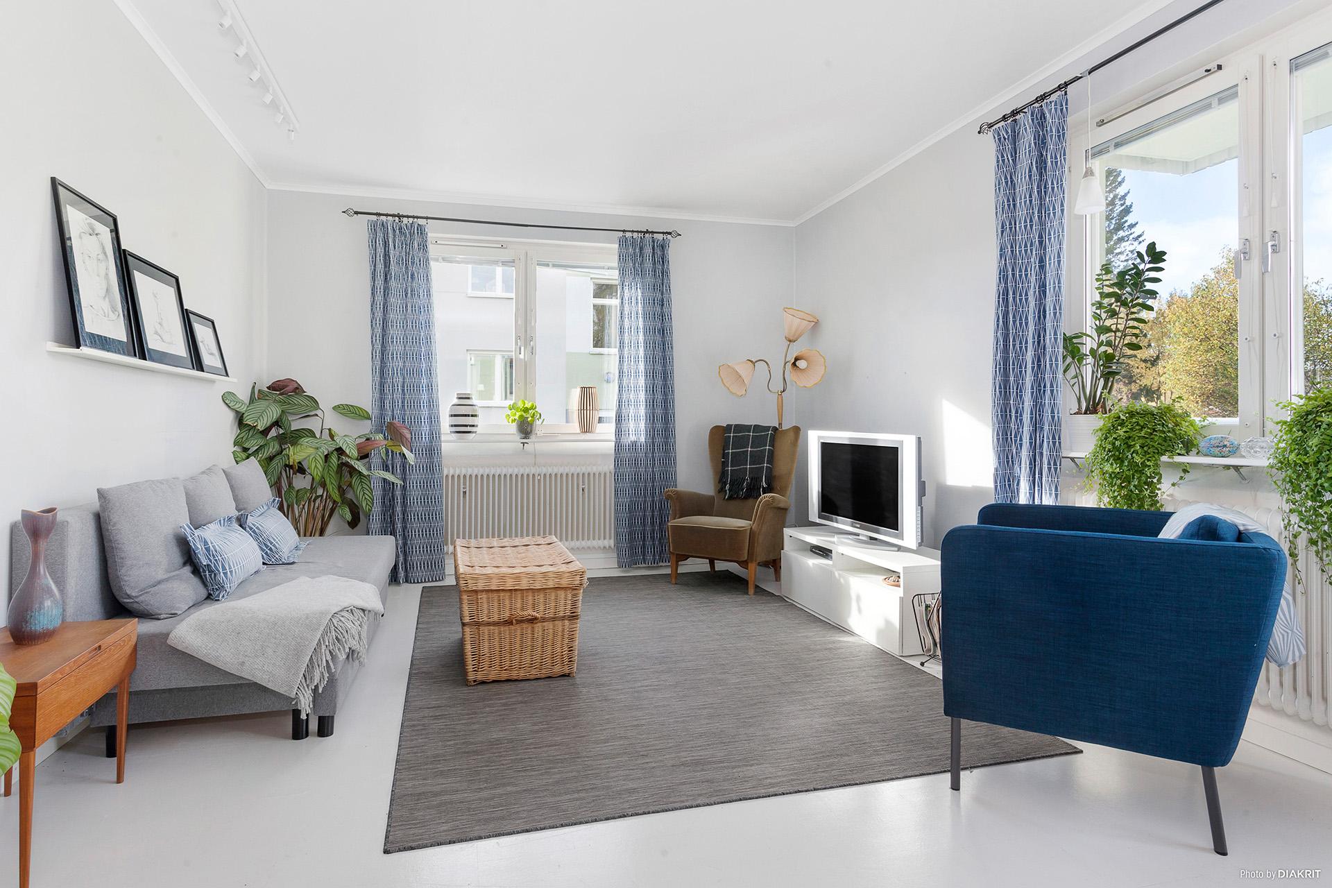 Vardagsrummet är ljust och fint med ljusinsläpp från två håll