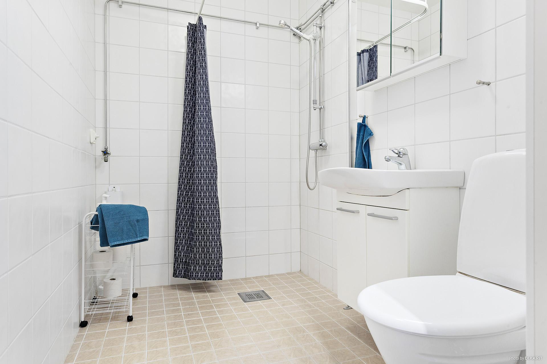 Renoverat och fint duschrum med plats för tvättmaskin