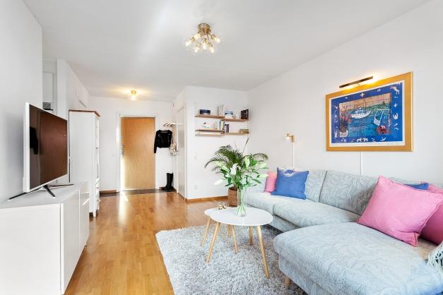Vardagsrum med plats för stor soffa och skrivbord