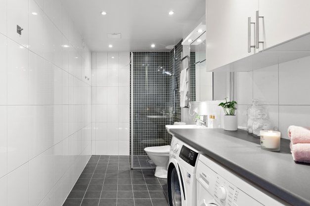 Modernt badrum med bra belysning
