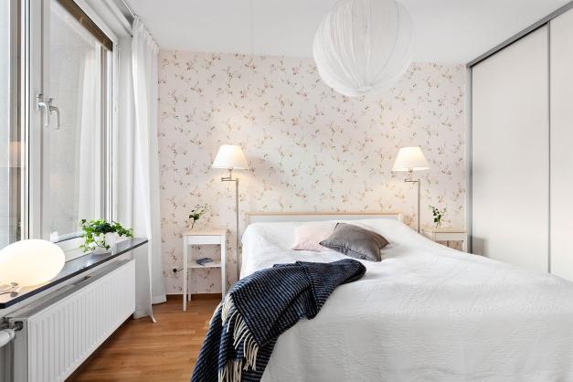 Mysigt sovrum med bra förvaring i stor garderob med skjutdörrar