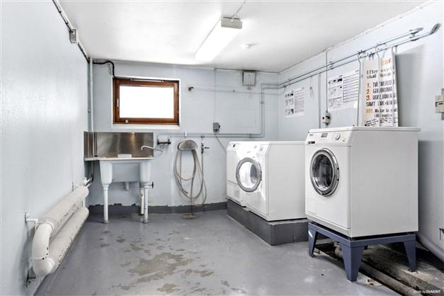 Tvättstuga beläget i källarplanet.