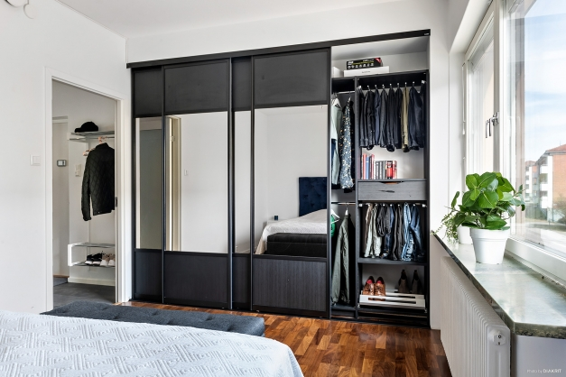 Sovrum med bra garderobsförvaring.