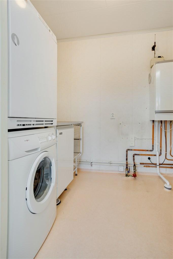 Tvättstuga med tvättmaskin, tumlare, VVB och tvättho.