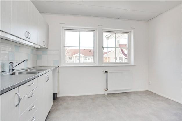 I köket som har fönster ut mot gatan, finns plats för större matrumsmöbel.