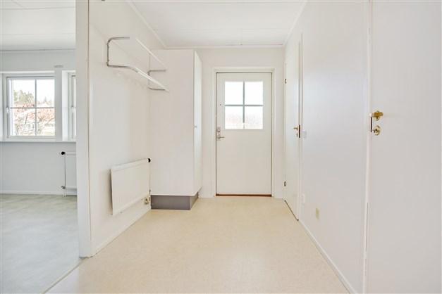 Välkommen in! Rymlig hall med 1 garderob och klädkammare.