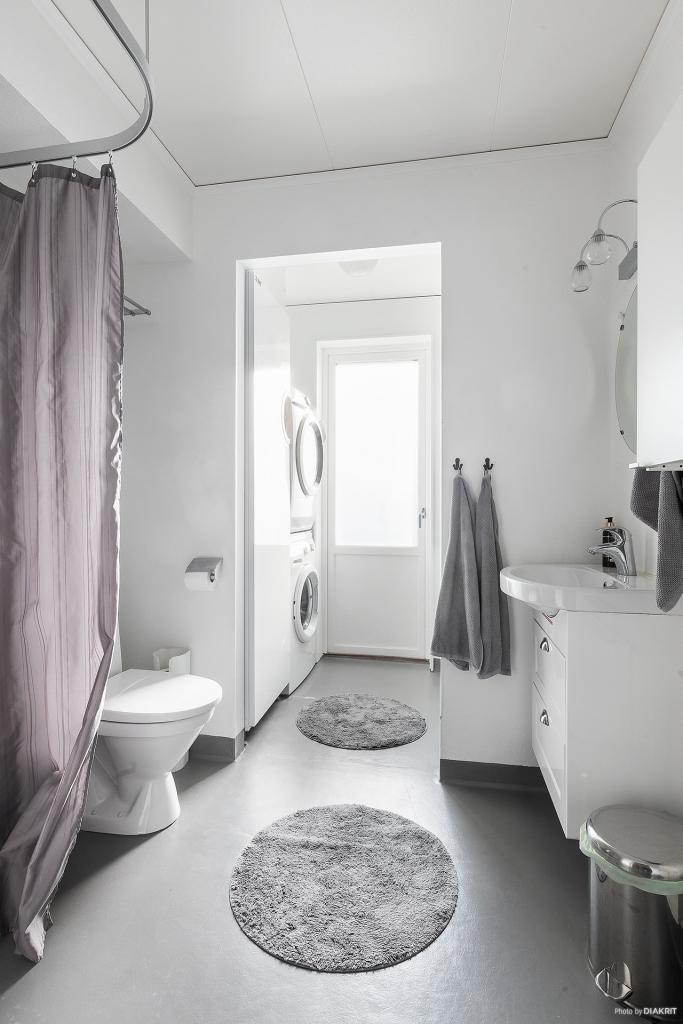 Toalett/dusch och tvättavdelning med utgång till uteplats