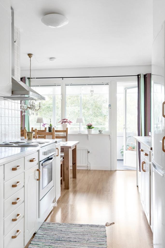 Från köket är det utgång till inglasad balkong