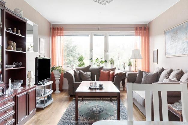 Vardagsrum med stora fönster, ingen insyn