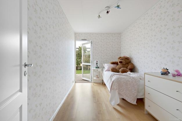 Sovrum 1 med utgång till altanen.