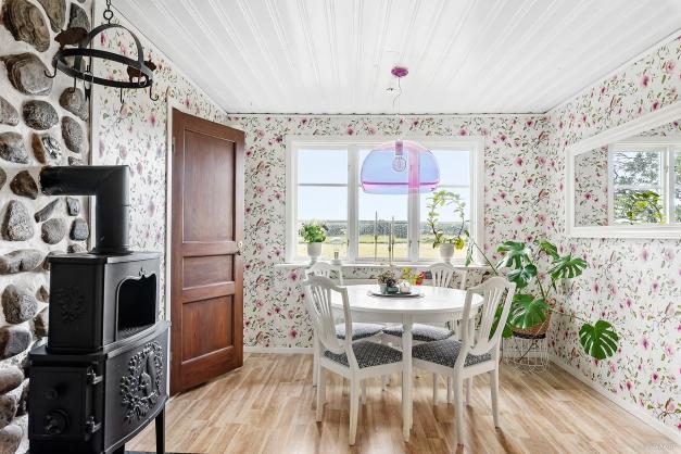 Detta bondromantiska kök har utsikt utöver ängarna.