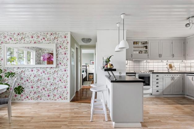 Från köket som ligger som huset hjärta mitt i bostaden kommer vi även till sovrummet.
