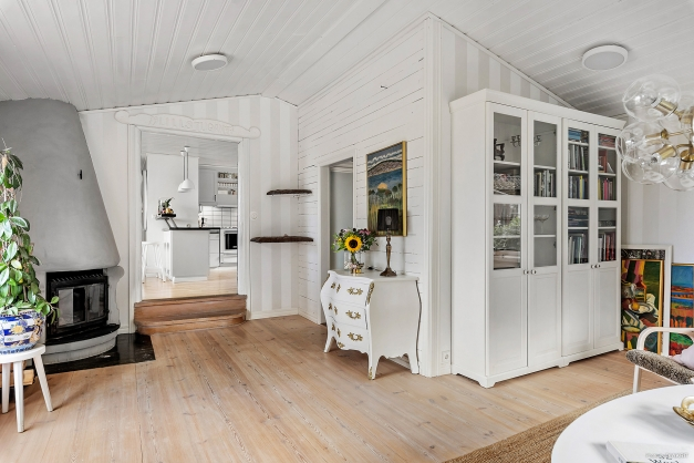 Vardagsrummet är ljus och rymligt med sitt ryggåstak.