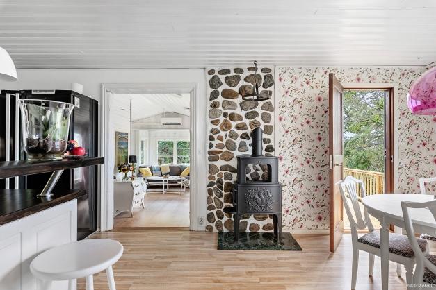 Välkomna in i detta fina kök! Härifrån går man in i vardagsrummet och ut på den mysiga altanen.