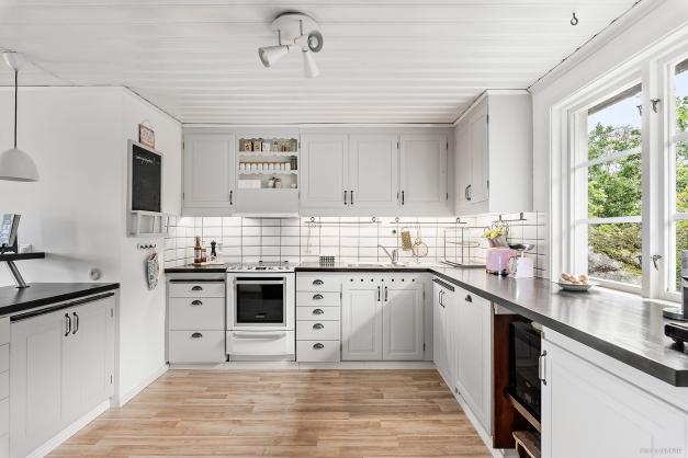 Här finns det gott om plats för både matlagning och bak med hela familjen.