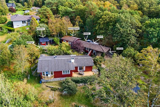 Välkomna till denna idyll! En hemtrevlig och ljuvlig enplansvilla med fantastiskt trädgård om 2400 kvm i naturnära och lantlig miljö. Här har ni en alldeles egen oas, med en lummig uppväxten trädgård och härliga uteplatser i soligt och fritt läge.