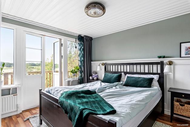 Stort och ljus sovrum med utgång till balkongen.
