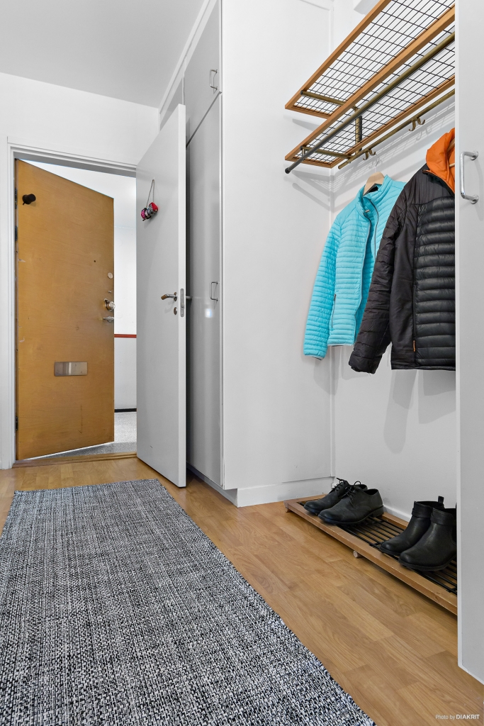 Hall med gott om plats för ytterkläder samt 5 inbyggda garderober