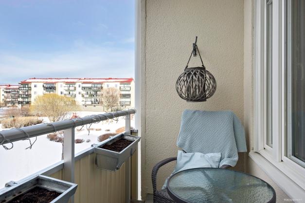 Rymlig balkong med plats för utemöbler.