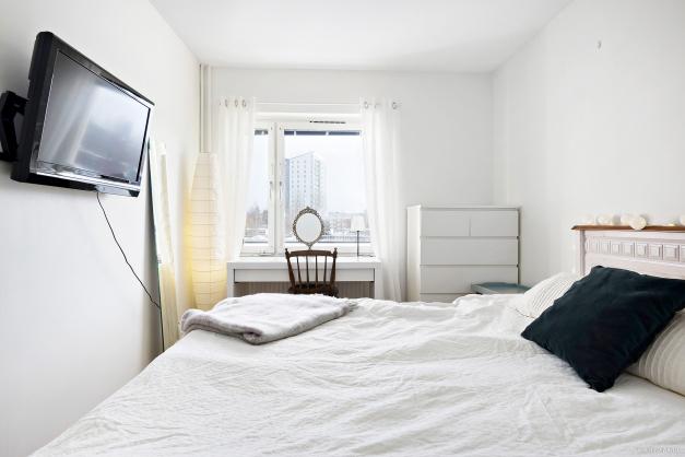 Större sovrum  i ljust med anslutande klädkammare.