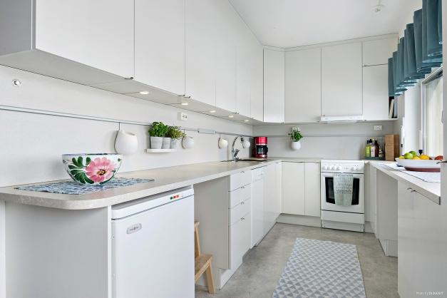U format kök med härligt ljusinsläpp från fönsterpartier.
