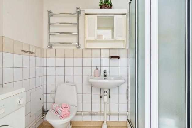 Badrum med duschkabin