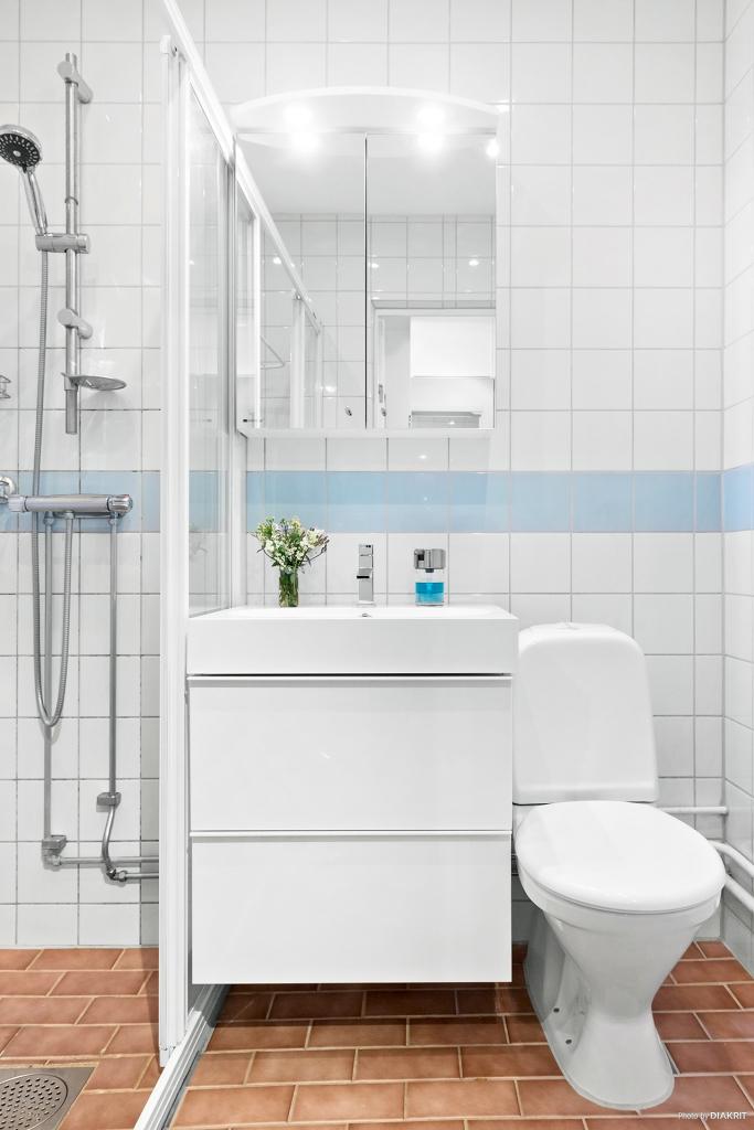 Helkaklat badrum som är stambytt av föreningen.