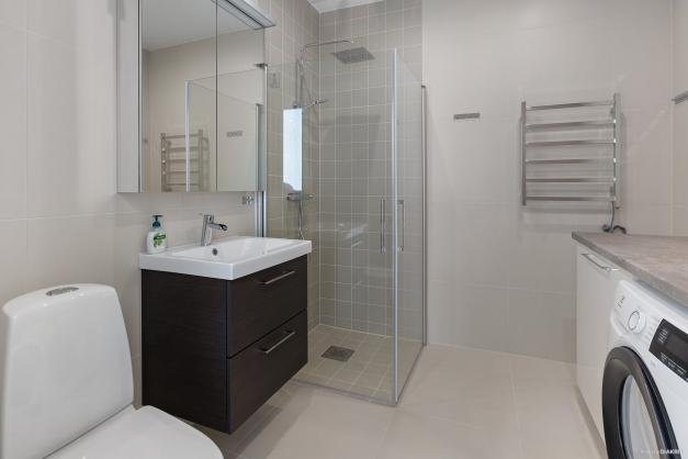Stilfullt badrum med klädvård