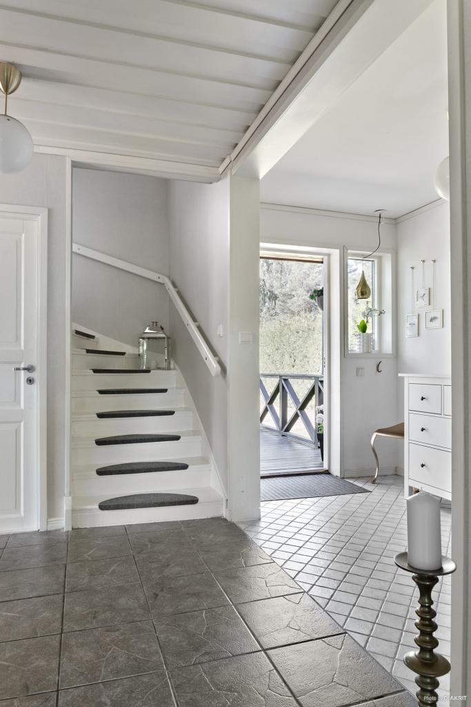 Hall/entré med trappa till övre plan
