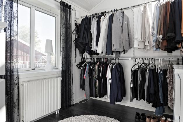 Dressing room invid master bedroom