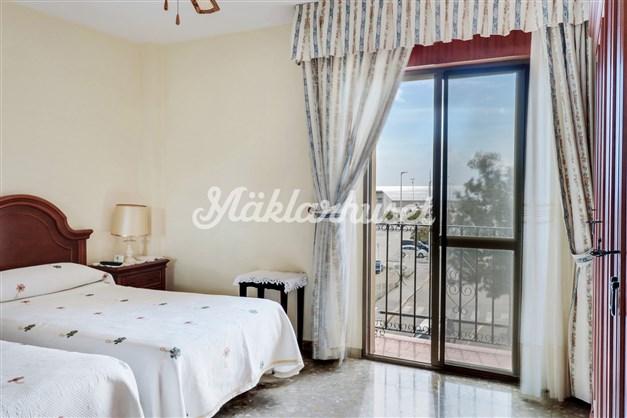 Sovrum med havsutsikt och liten Fransk balkong