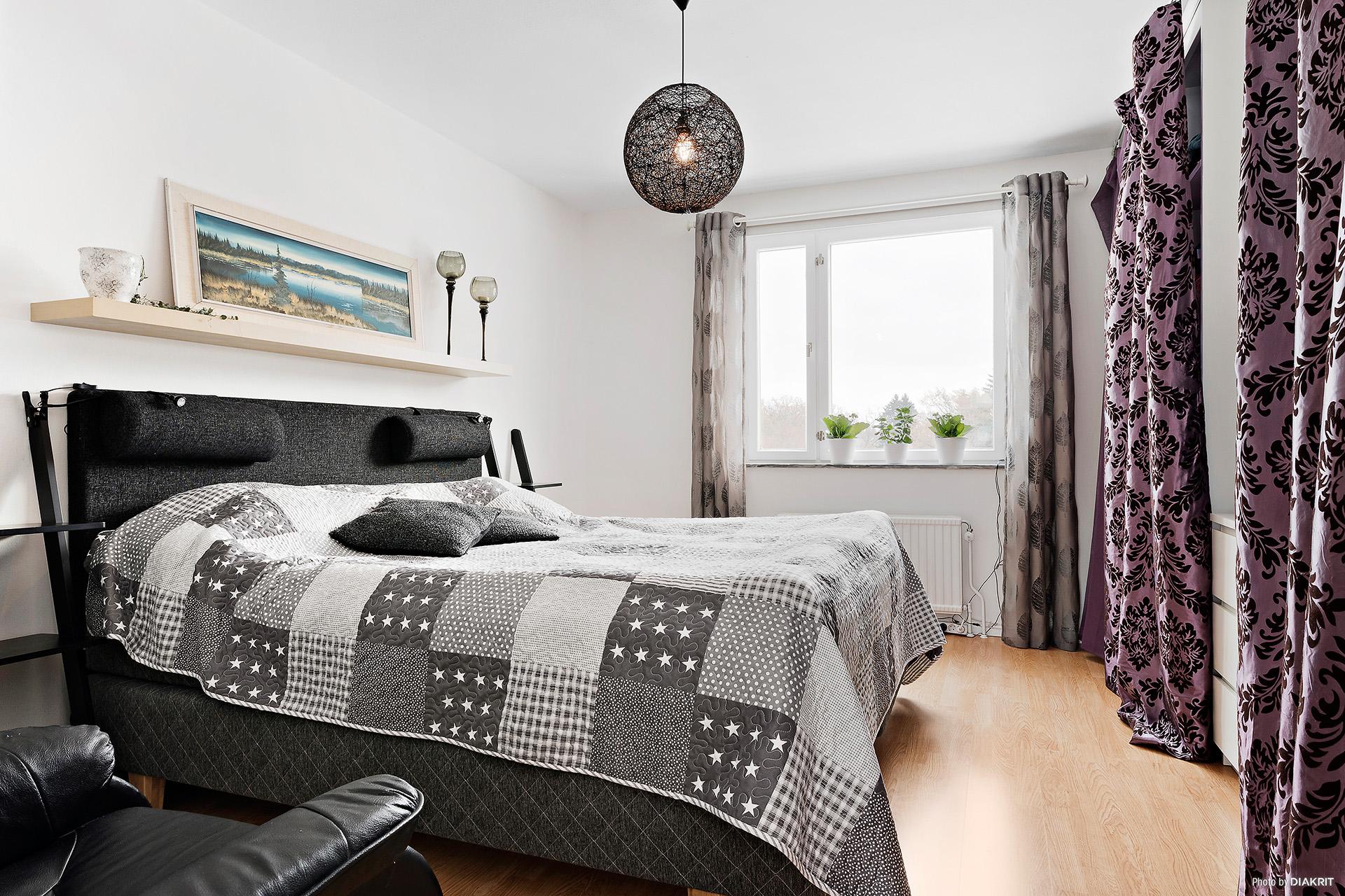 Större sovrum som går att dela av till 2 mindre rum och få egna dörrar till rummen