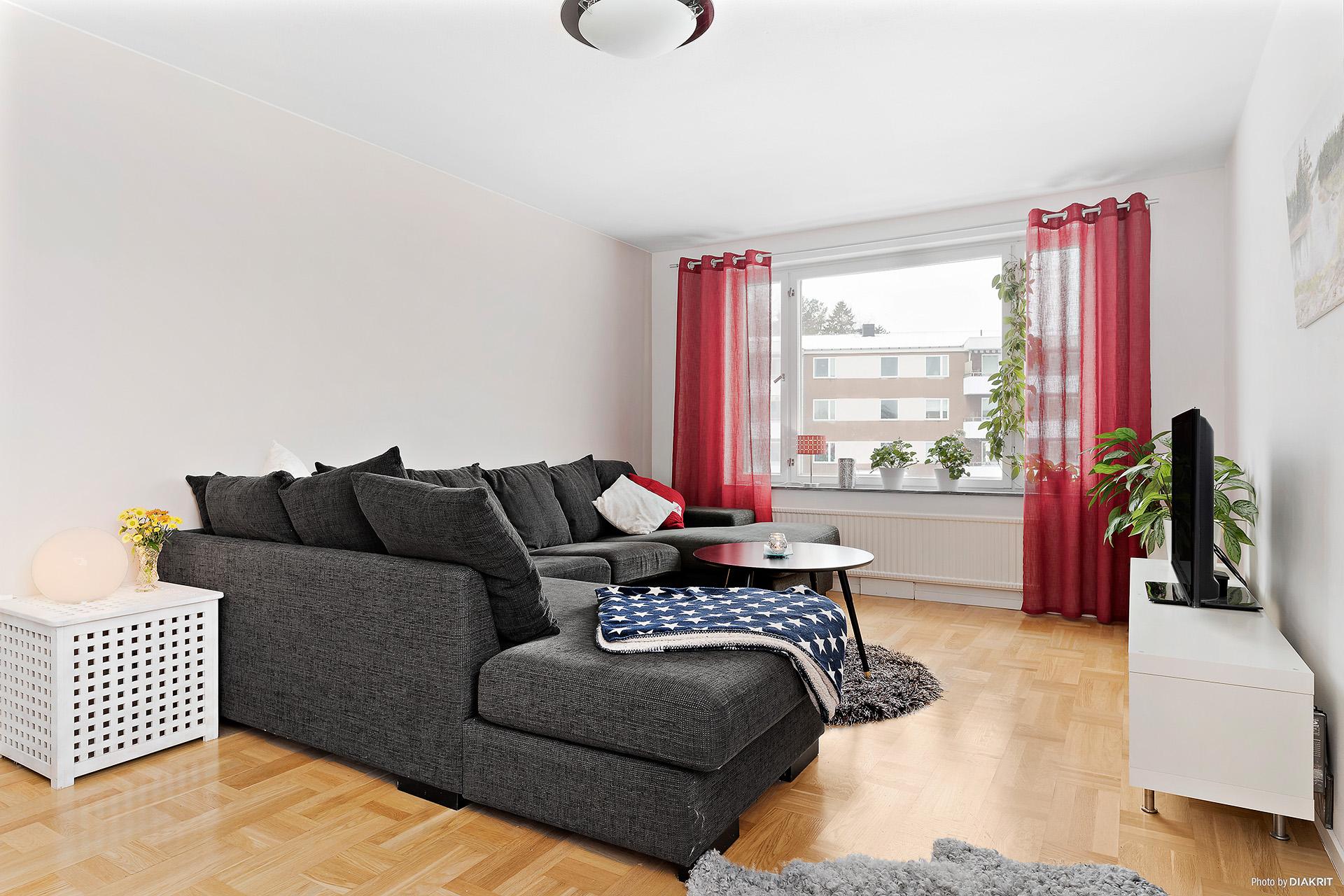 Vardagsrum med fönster i 2 väderstreck